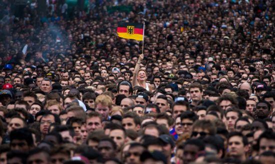 巴黎市政厅广场前的德国球迷